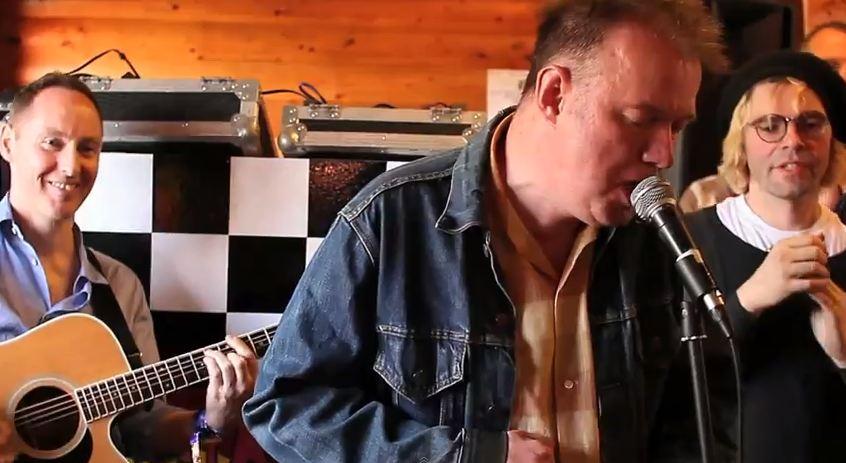 Video: Edwyn Collins, Tim Burgess, Roddy Frame perform 'A Girl Like You'